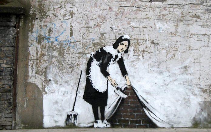 Banksy , (nacido en 1974, Bristol, Inglaterra), artista de graffiti británico anónimo conocido por su arte antiautoritario, a menudo realizado en lugares públicos.