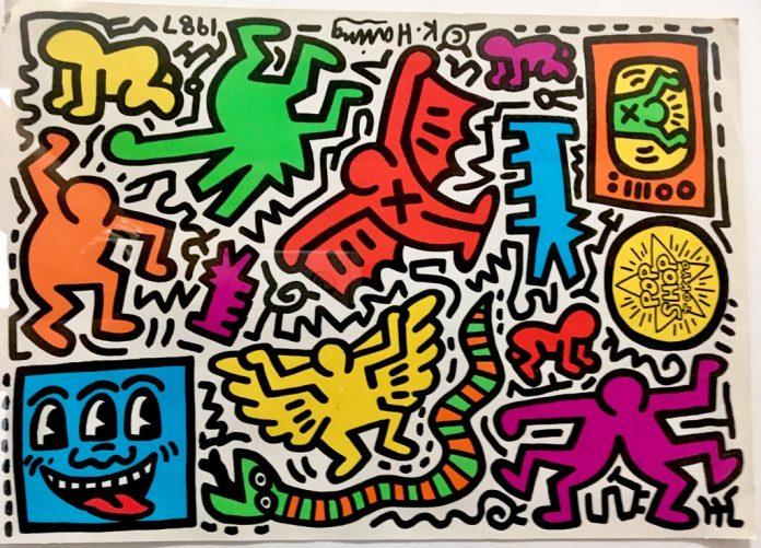 Keith Haring nació el 4 de mayo de 1958 en Reading, Pensilvania, y se crió en las cercanías de Kutztown, Pensilvania.Desarrolló un amor por el dibujo a una edad muy temprana, aprendiendo habilidades básicas de caricatura de su padre y de la cultura popular que lo rodeaba, como el Dr. Seuss y Walt Disney.