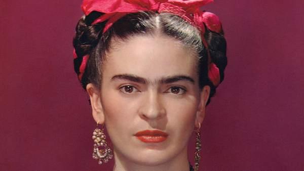 La pintora Frida Kahlo era una artista de autorretratos mexicana casada con Diego Rivera y que todavía es admirada como un ícono feminista.