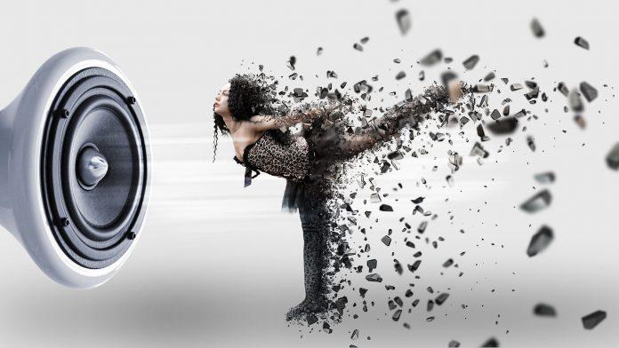 La danza contemporánea es un estilo de danza expresiva que combina elementos de varios géneros de danza, incluidoselballetmoderno,jazz,lírico, clásico, break dance, pilates y hasta yoga .Los bailarines contemporáneos se esfuerzan por conectar la mente y el cuerpo a través de movimientos de baile fluidos.El término