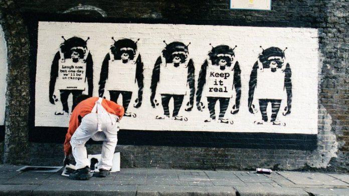 El artista más misterioso del mundo ha sido captado por la cámara. Un nuevo libro de fotografía da una mirada detrás de escena al artista callejeroBanksy. Banksy Captured, publicado por el ex agente, galerista y fotógrafo personal Steve Lazarides, está formado por cientos de imágenes nunca antes vistas tomadas en el transcurso de una década. El libro de 250 páginas, con un precio 32 $ aproximandamente, incluirá muchas imágenes nunca antes vistas que le dan al público una visión diferente de los años formativos de Banksy.