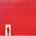 Yener Torun es un arquitecto de 32 años que ha convertido a Estambul en el equivalente geográfico de la cueva de las maravillas de Aladdin. Escondido entre la hermosa arquitectura otomana y bizantina y el Bósforo azul hay una gran cantidad de edificios increíblemente brillantes dominados por patrones geométricos, tonos de arco iris y divertidas idiosincrasias arquitectónicas. Y a través de su cuenta de Instagram, Yener ha estado documentando todo de manera lenta pero constante.