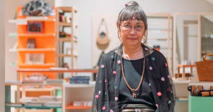 Agnes Arellano nació en Manila (Filipinas, 1949). Estudió Escultura en la Facultad de Bellas Artes de la Universidad de Filipinas después de completar una licenciatura en Psicología.
