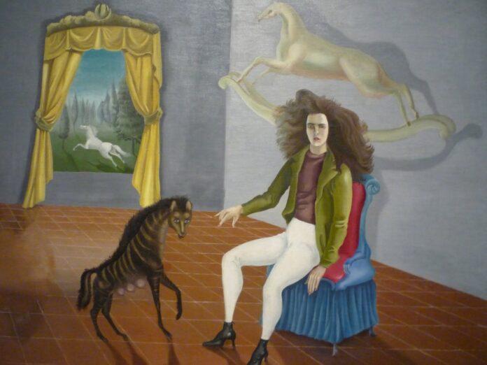Leonora Carrington nació en 1917 hija de Harold Carrington, un magnate textil inglés de fabricación propia, y su esposa de origen irlandés, Maurie Moorhead Carrington. Carrington pasó su infancia en la finca familiar en Lancashire, Inglaterra. Allí estuvo rodeada de animales, especialmente caballos, y creció escuchando los cuentos de hadas de su niñera irlandesa y las historias del folclore celta, fuentes de simbolismo que más tarde inspirarían sus obras de arte. Carrington fue una niña rebelde y desobediente, educada por una sucesión de institutrices, tutores y monjas, y fue expulsada de dos colegios del convento por mal comportamiento.