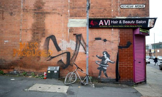 Banksy ha publicado una foto de un mural de una chica hula-hoop en los medios sociales, acabando con las especulaciones sobre si él estaba detrás del trabajo. El mural apareció en una pared el martes en la esquina de la avenida Rothesay en Lenton, Nottingham.