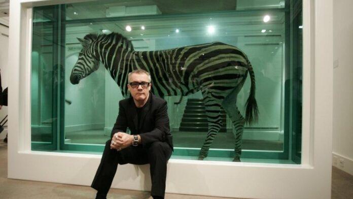"""Damien Hirst nació en 1965 en Bristol y creció en Leeds. En 1984 se trasladó a Londres, donde trabajó en la construcción antes de estudiar una licenciatura en Bellas Artes en el Goldsmiths College de 1986 a 1989. Fue galardonado con el Premio Turner en 1995. Desde finales de los 80, Hirst ha utilizado una variada práctica de instalación, escultura, pintura y dibujo para explorar la compleja relación entre el arte, la vida y la muerte. Explicando: """"El arte es acerca de la vida y no puede ser realmente acerca de nada más … no hay nada más"""", el trabajo de Hirst investiga y desafía los sistemas de creencias contemporáneas, y disecciona las tensiones e incertidumbres en el corazón de la experiencia humana."""
