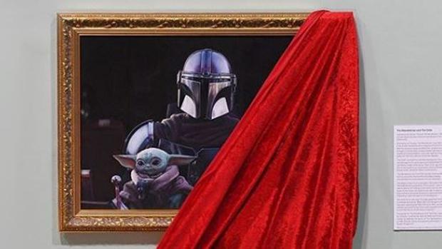 La nueva temporada de la serie « The Mandalorian», que se acaba de estrenar en Disney+, ha justificado una exposición dedicada al universo de Star Wars en la National Portrait Gallery de Londres, nada menos.