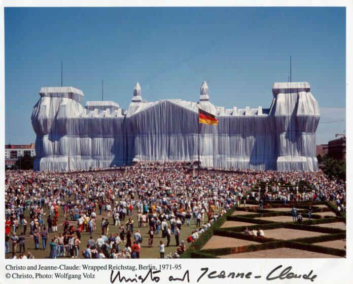 Christo Javacheff y Jeanne-Claude de Guillebon, ( nacidos el 13 de junio de 1935, Gabrovo, Bulgaria -murió el 31 de mayo de 2020, en la ciudad de Nueva York, Estados Unidos; nacidos el 13 de junio de 1935, en Casablanca, Marruecos -murió el 18 de noviembre de 2009, en Nueva York, Estados Unidos), escultores ambientales conocidos por sus polémicas esculturas al aire libre que a menudo incluían exhibiciones monumentales de telas y plásticos.
